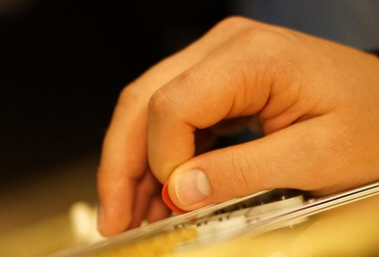 خفه کردن سیم ها با شست دست راست